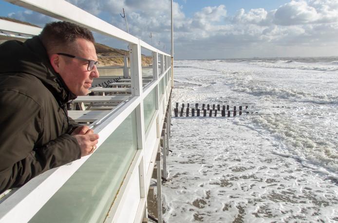 Eigenaar René Drijdijk van strandpaviljoen Kon-Tikitiki, waar het zeewater tot aan de palen komt.