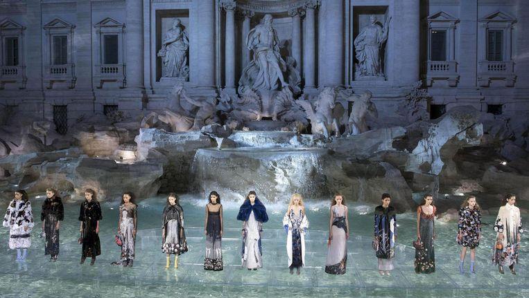 Een show van modemerk Fendi en ontwerper Karl Lagerfeld bij de Trevifontein in Rome. Fendi betaalde de restauratie van de Romeinse trekpleister. Beeld epa