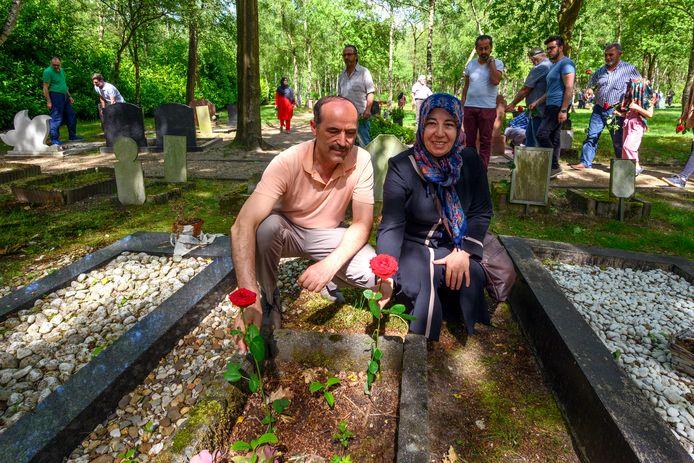 Een Turkse delegatie bezoekt de islamitische begraafplaats in Bergen op Zoom.