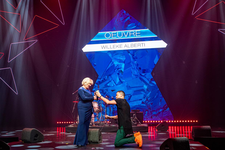 Dinand Woesthoff had maandagavond de eer om de Edison Oeuvreprijs te overhandigen aan Willeke Alberti. De zanger ging tijdens de uitreiking op zijn knieën.