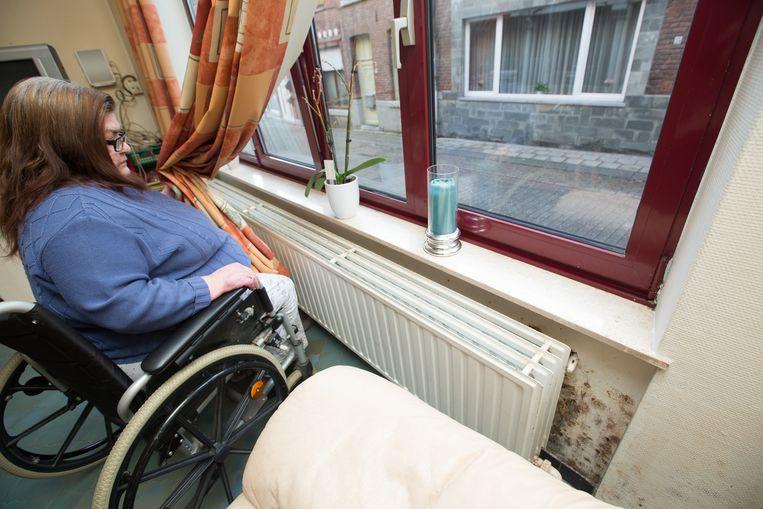 Martine Onkelinx uit Borgloon klaagt de slechte staat van haar huis aan.  Het hele huis zit vol schimmels