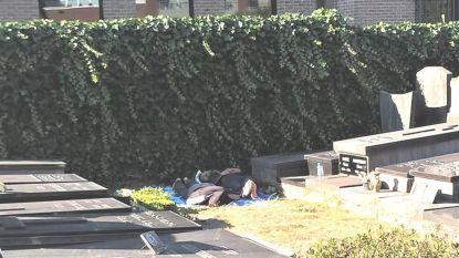 Illegalen slapen op kerkhof