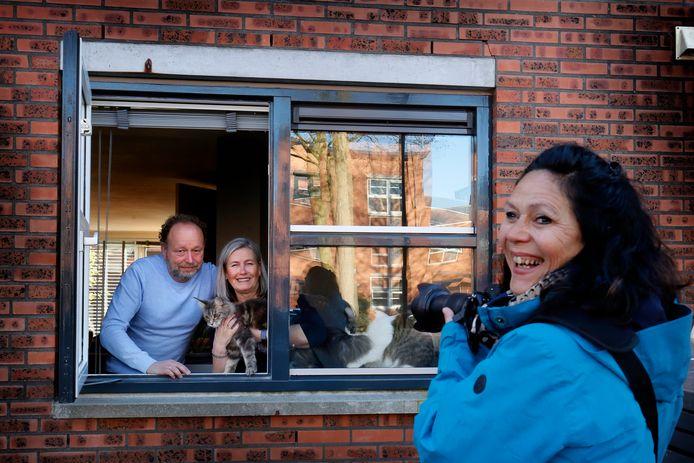 Mariëlle de Valk voor het huis van Siska en Jan Viveen die meedoen met haar project 'Groeten van achter het raam'.
