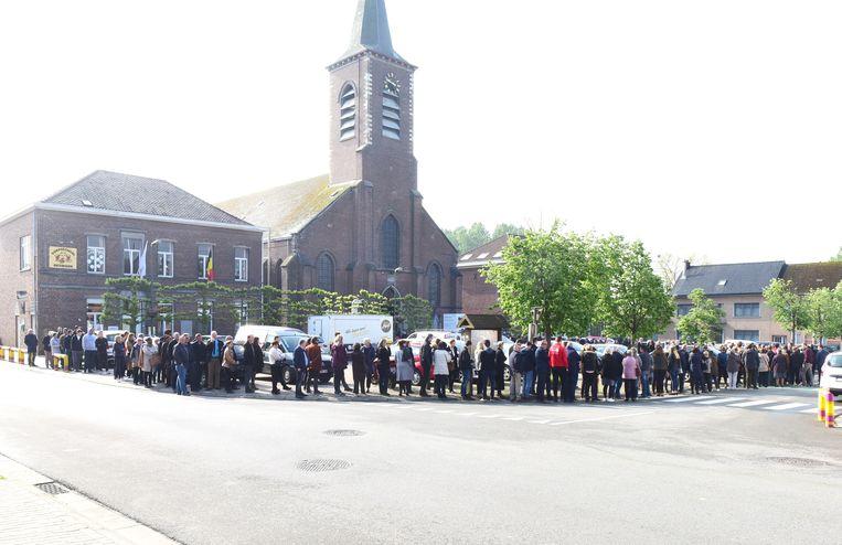 Een lange rij mensen schuiven aan om een laatste groet te brengen aan Robbe