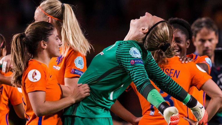 Daniëlle van de Donk en keeper Sari van Veenendaal vieren de overwinning Beeld Photo News