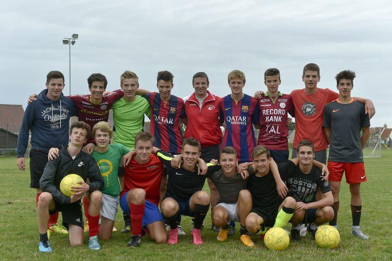 De U17 Dentergem met hun coach.