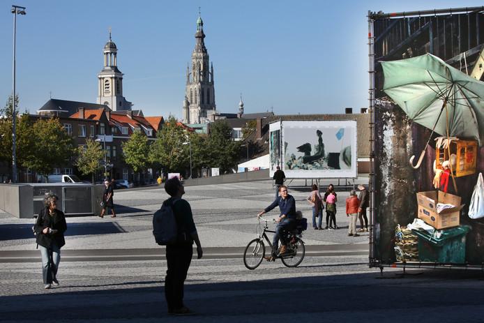 IPTCBron  Foto  20161016  Breda Foto: Ramon Mangold/ Pix4Profs  Drukte bij de exposities van BredaPhoto in het centrum van Breda.;Breda;Nederland