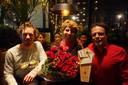 Bloemen en de bij de prijs horende onderscheiding voor  Initiatiefnemer Nuran Florissen.
