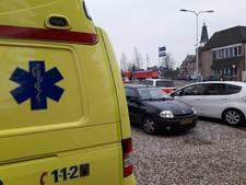 Fietsster raakt gewond bij aanrijding door auto in centrum van Mook