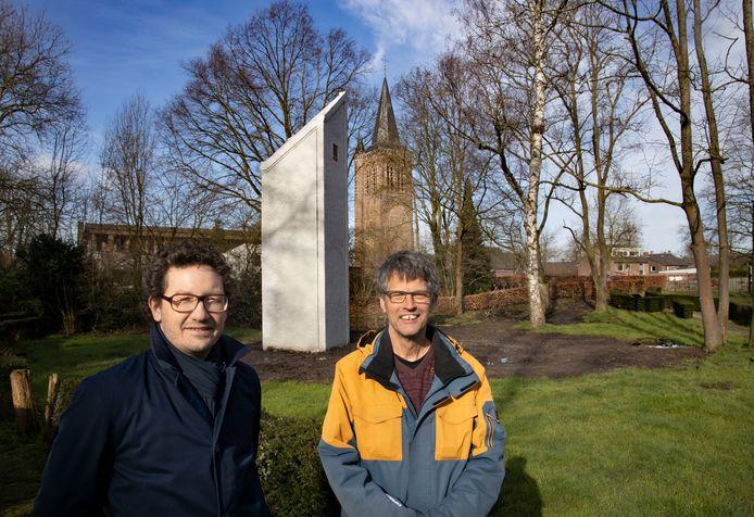 Intrieurarchitect/bioloog Jacco Bruil en bioloog Gerard Smit van Bureau Waardenburg bij de vleermuizentoren in Son en Breugel