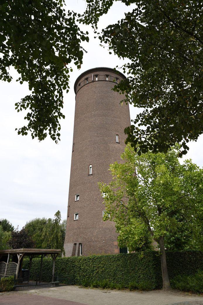 De bewoonde watertoren in Stampersgat. 35 meter hoog, maar ertegenover komt ook een drielaags appartementencomplex. Dat geeft overlast, aldus de watertorenbewoners.