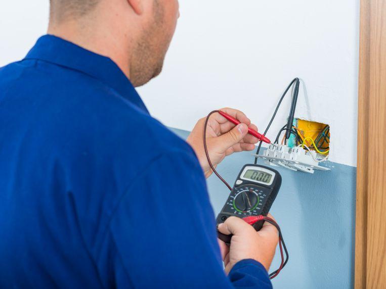 Bij de verkoop van een woning is een elektrische keuring verplicht als de installatie dateert van vóór 1 oktober 1981.