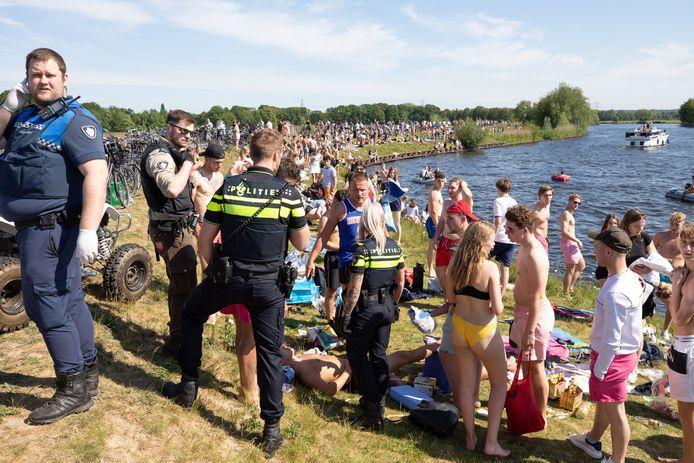 Enorme drukte langs de Eem bij Soest met Hemelvaartsdag.