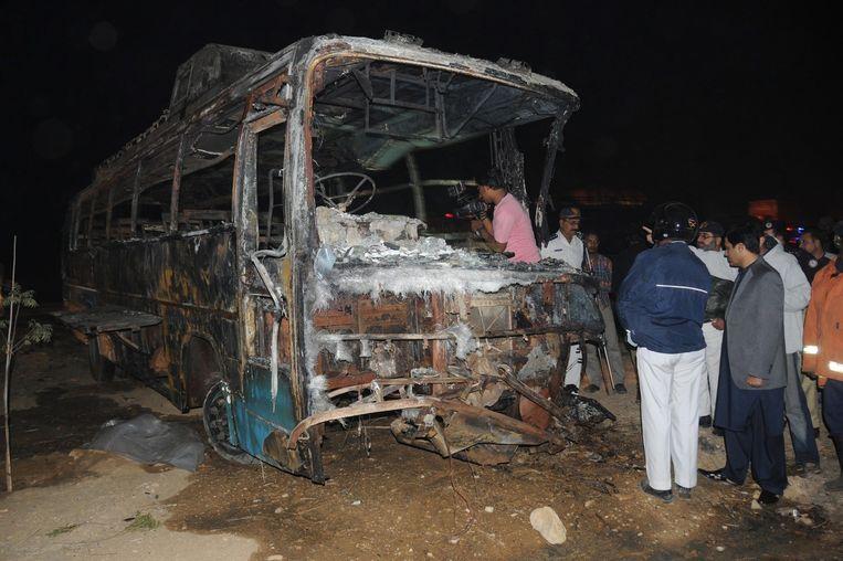 De volledig uitgebrande bus. Beeld epa
