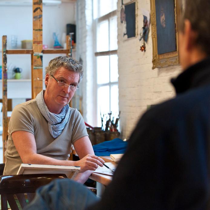 Mart Franken werkt in opperste concentratie aan een portret.