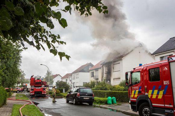 """Vorige dinsdag brak er brand uit in de Marc De Coenelaan in Dilbeek. De dichtsbijzijnde post - die van Asse - werd gecontacteerd, maar omdat die geen blus- en ladderwagen had, werd er naar Vilvoorde en Londerzeel gebeld. """"Onbegrijpelijk, want Jette is veel dichterbij"""", klinkt het. Bewijs: de Brusselse brandweer mocht wél een ambulance sturen, en die was zeven minuten eerder ter plaatse dan de bluswagens."""