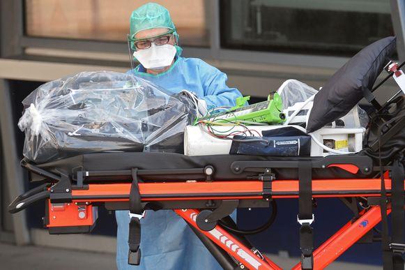 De afgelopen dagen bracht de Franse luchtmacht al coropatiënten uit Mulhouse naar ziekenhuizen minder getroffen regio's. Een patiënt op een brancard wordt een ziekenhuis in kuststad Brest (Bretagne) binnengereden.