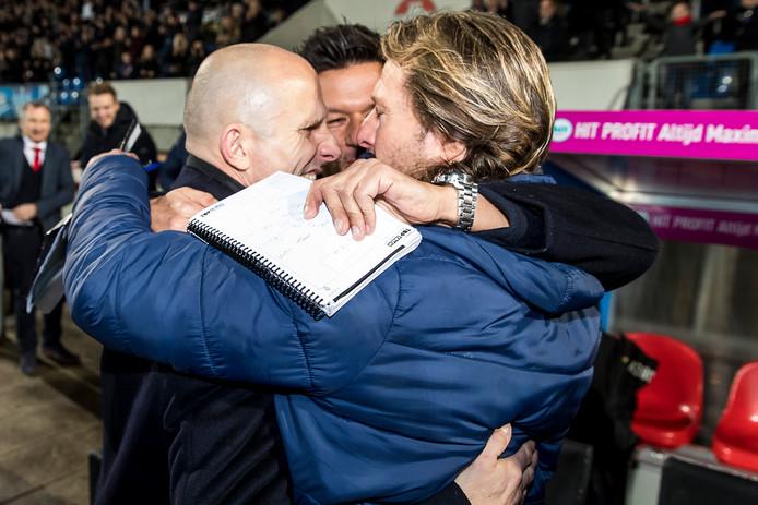 Interim-trainer Reinier Robbemond, assistent-trainer Dogan Corneille en keeperstrainer Harald Wapenaar kunnen hun geluk niet op na de zege op PSV.