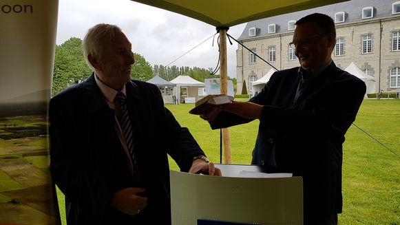 Burgemeester Luc Bouckaert en Wilfried Patroons van De Vrienden van het Brouwershuis.