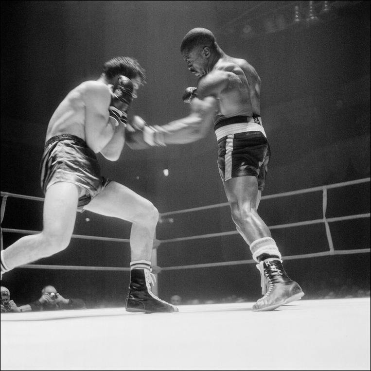 Carter in actie tegen Fabio Bettini tijdens een gevecht in Parijs in 1965 Beeld anp