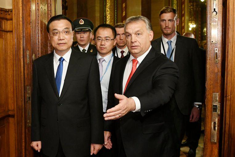 De Hongaarse premier Victor Orbán en de Chinese premier Li Keqiang tijdens een ontmoeting vorig jaar.  Beeld EPA