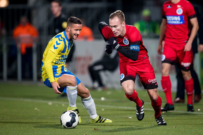 Mark Diemers van De Graafschap in duel met Kenny Anderson (links).