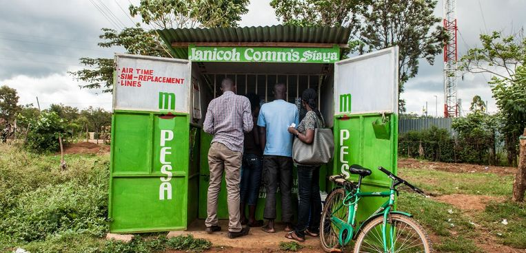 GiveDirectly bereikte al meer dan 125 duizend huishoudens, zoals hier in Kenia via mobiele betaaldienst M-Pesa. Beeld GiveDirectly