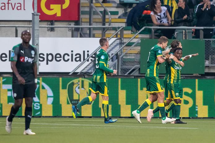 Elson Hooi (r) is de gevierde man na zijn goal.