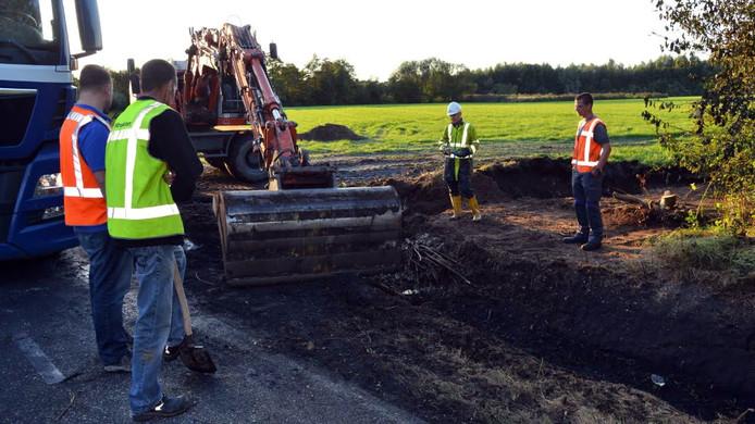Overleg op de plek waar eerder op de dag de grond vervuild raakte door een ongeluk.