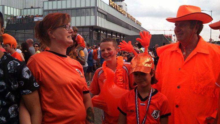 Oranjefans op het vliegveld in afwachting van de landing van het toestel van Oranje. Beeld AD