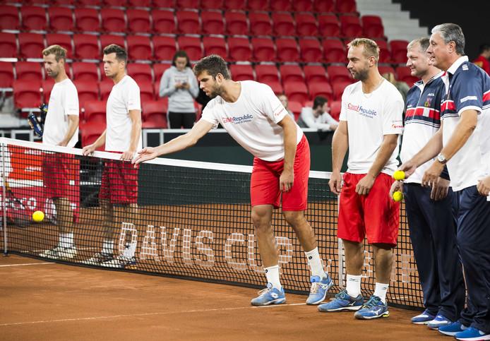 Het Davis Cup-team van Tsjechië speelt een soort Jeu de Boules  tijdens de training in aanloop naar de ontmoeting met het Nederlandse team. Jiri Vesely in het midden.
