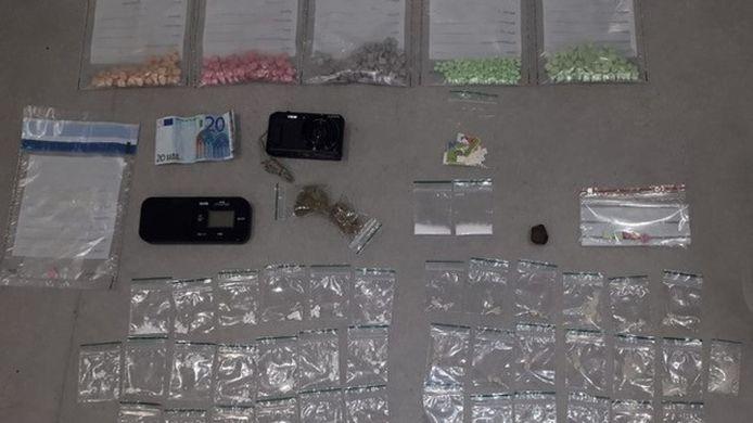 De politie heeft in de nacht van donderdag op vrijdag grote hoeveelheden drugs aangetroffen in een auto.