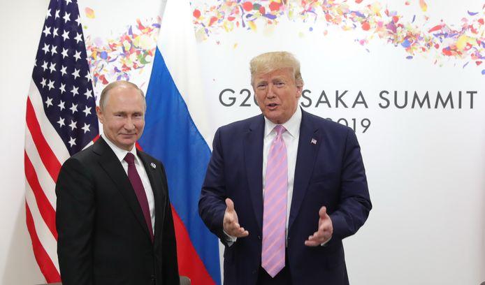 Vladimir Putin en Donald Trump tijdens een ontmoeting op de G20-top in Osaka op 28 juni 2019.