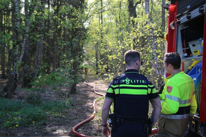 Brandweer en politie bij de bosbrand in Boxmeer.