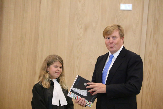 De koning kreeg uit handen van 'rechter' Manouck Staal (13) het boek 'De Zweetvoetenman'.