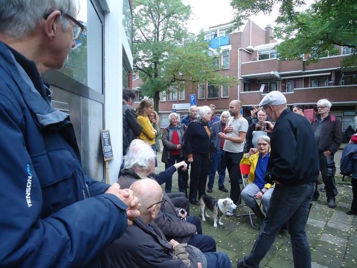 Bezetters en steunbetogers voor de deur van Borgerstraat 75.