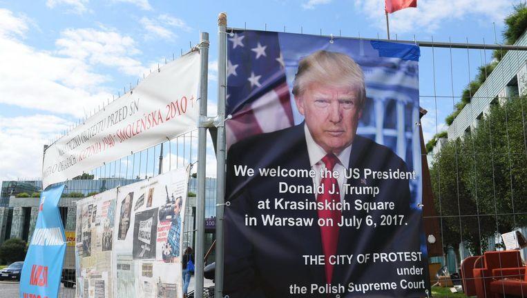 Affiche waarop Donald Trump wordt verwelkomd in Warschau. Opgehangen door een Poolse actiegroep die zich zorgen maakt over de toenemende invloed van de politiek op het justitieel apparaat. Beeld EPA