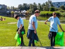 Lichtblauwe invasie raapt peuken en andere rommel in Griftpark: 'Ik doe dit graag'