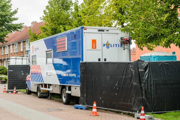 De politie doet in en rond een woning in Wormerveer (Noord-Holland) onderzoek.