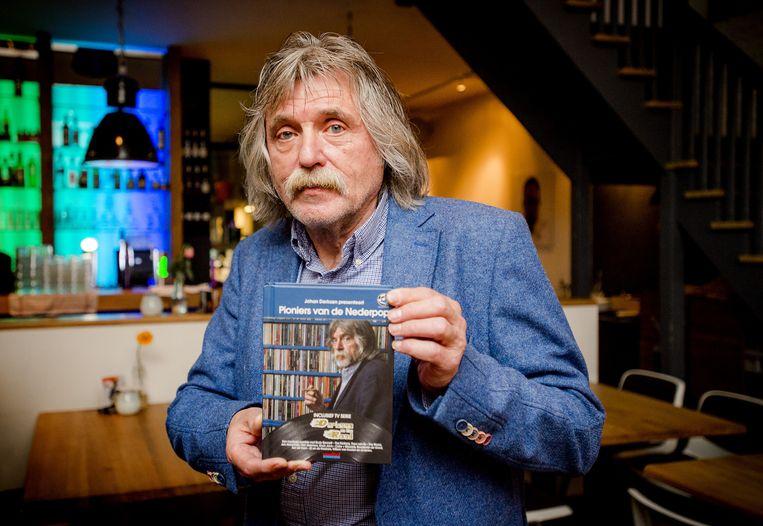 Johan Derksen met de DVD van zijn tv-serie Derksen on the Road Beeld anp