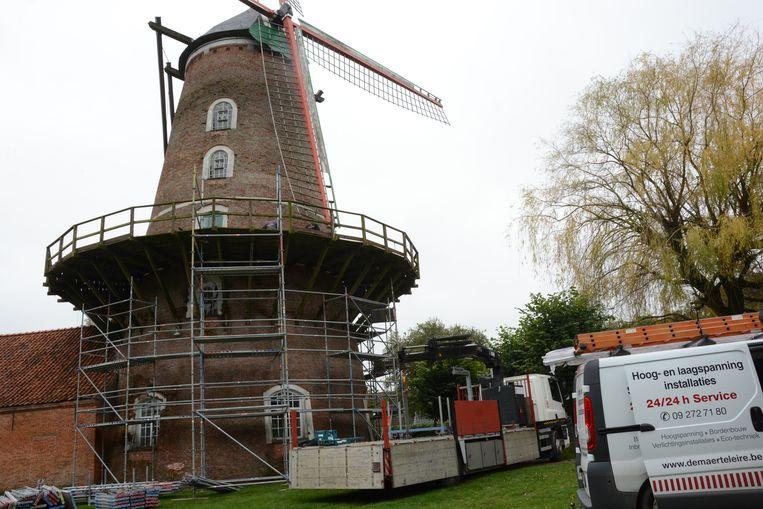 De molen staat sinds maandag in de steigers voor een grondige restauratie van de gevel.