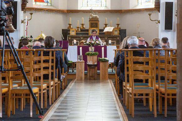 Het kerkje van Bogaarden was zonder coronamaatregelen veel te klein geweest voor alle makkers van Wim Leroy.