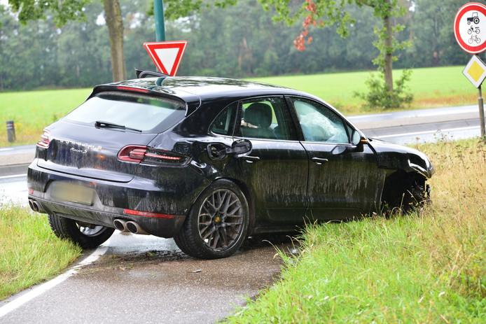Het voorwiel van deze auto brak af door het ongeluk.