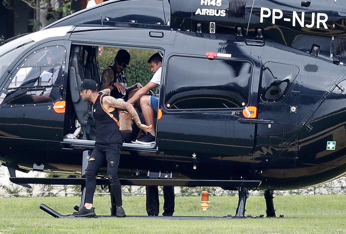 Neymar vandaag met zijn teamgenoten Dani Alves en Thiago Silva in Teresopolis, Brazilië.