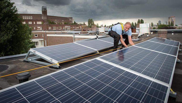 Momenteel ligt er voor 22 voetbalvelden aan zonnepanelen in de stad. Beeld Mats van Soolingen