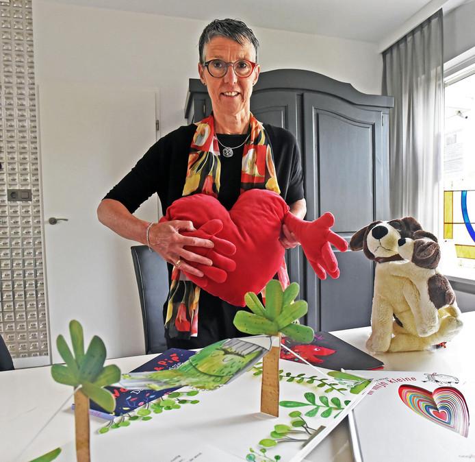 Tanja Hamelink met enkele attributen die ze gebruikt tijdens haar werk.