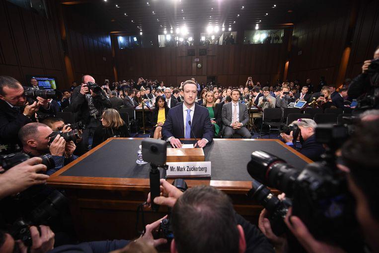 Een zichtbaar nerveuze Zuckerberg, voor de verandering gekleed in een donkerblauw maatpak en niet in een grijs t-shirt, zijn handelsmerk, legde in het Amerikaanse Congres voor het eerst publiekelijk verantwoording af voor een leger senatoren en pers.