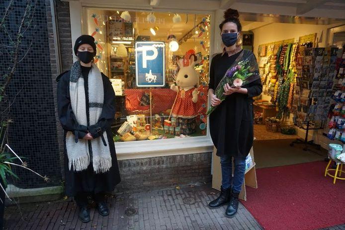 Winkeliers die geen Zwarte Pieten in de etalage hadden kregen een bloemetje.