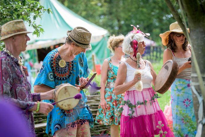 Drumsessie op Ooh La La Festival in Twekkelo, dansen rond de boom in 'love & peace-achtige' setting.