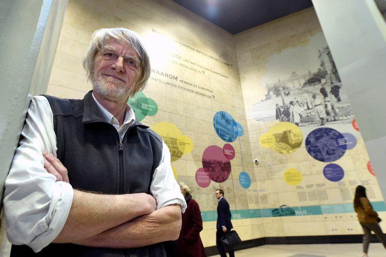 """Philippe Van Parijs bij de inhuldiging van zijn muurschildering """"Waarom vestigden de Europese instellingen zich hier?""""."""
